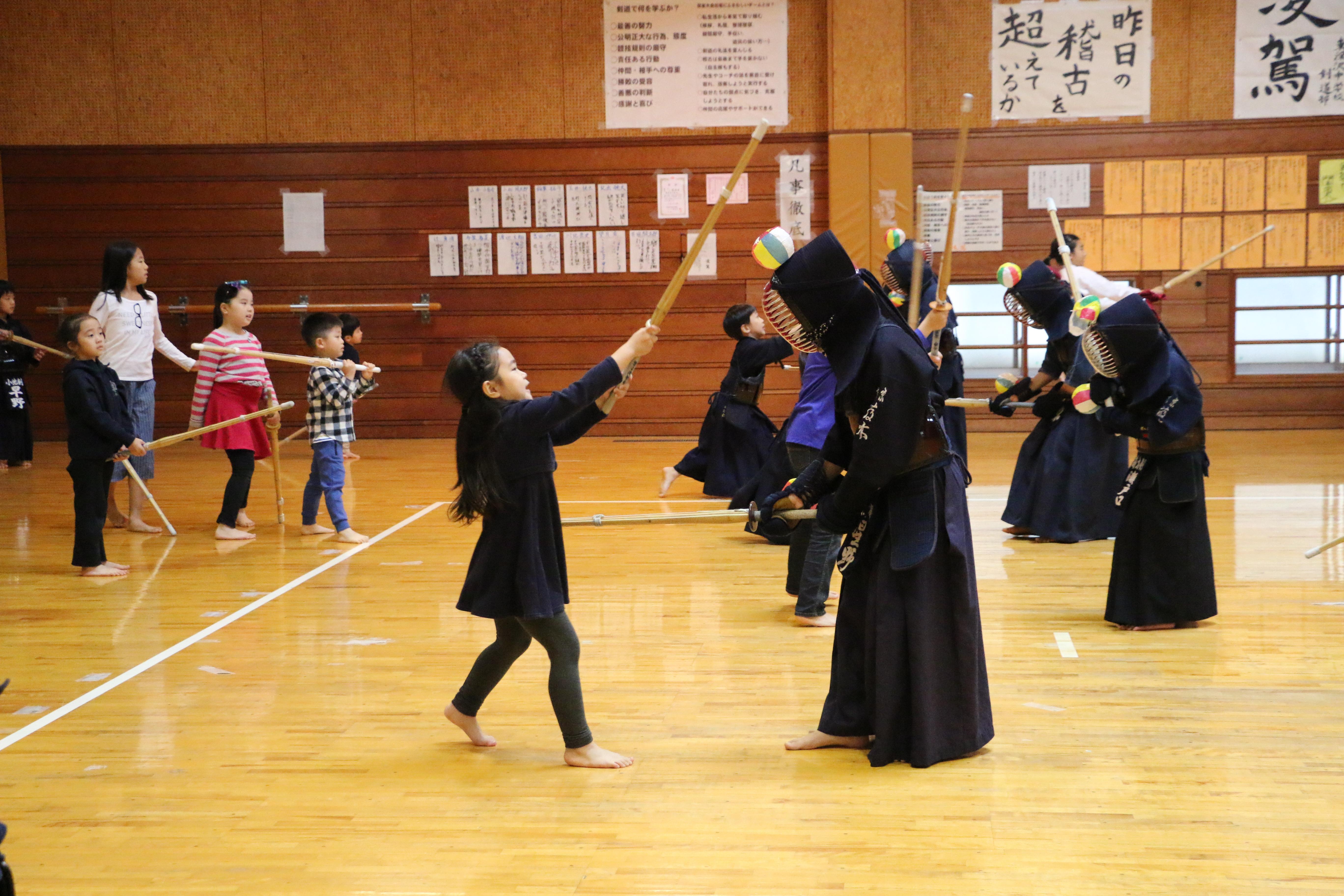剣道体験に小さな剣士たちが参加