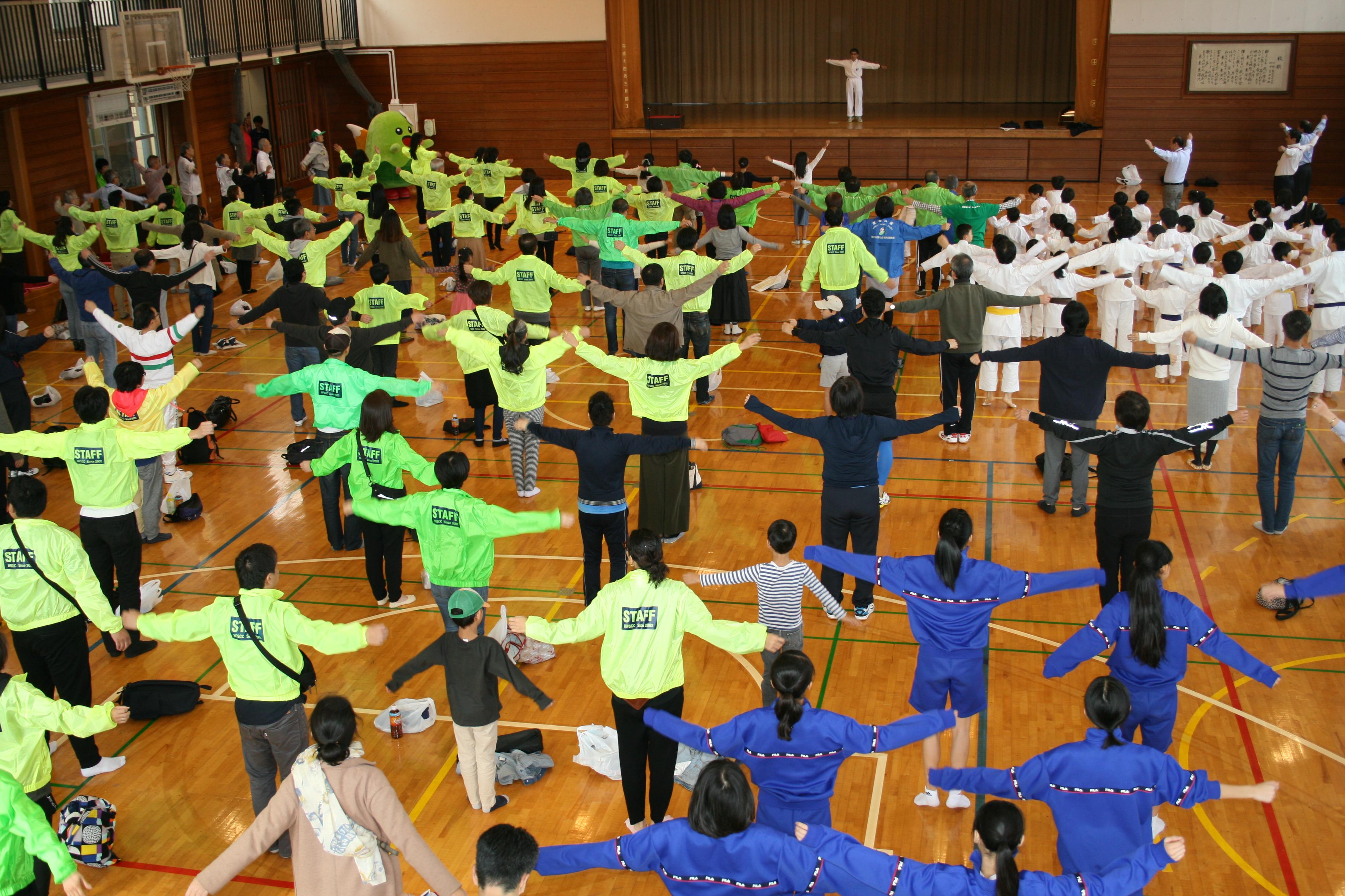世田谷区ラジオ体操連盟 山上 睦子さんの模範演技でラジオ体操